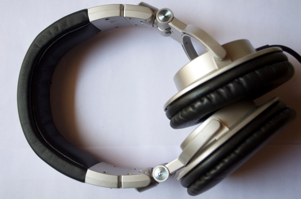 Easily adjut to suit users comfort as well as convenient for one-ear use
